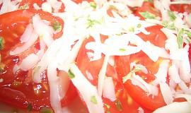Rajčatový salát se sýrem