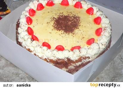 Slavnostní dort s ovocem a šlehačkou
