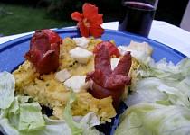 Zapečená polenta se sýrem a klobáskami