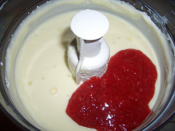 ušlehaný puding s tvarohem + 4 lžičky mojí jahodové marmelády