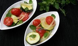 Dušené cukety s cibulí a rajčaty