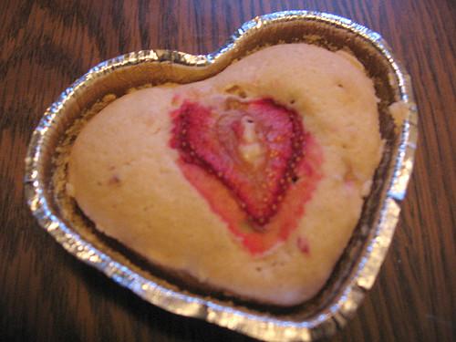 Jahodový muffin ozdobený kouskem jahody
