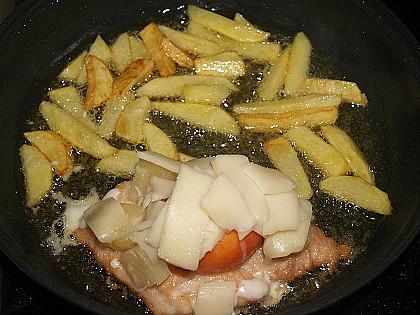 Kuře s hranolky z jedné pánve