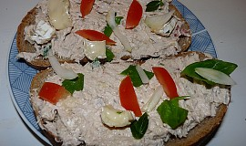 Pomazánka z rybiček, tvarohu a camemebertu