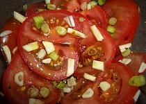 Salát z cibule, česneku a rajčat