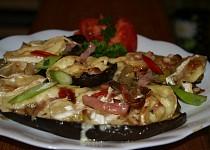 Lilek v tymiánové chilli marinádě s brie a šunkovo-pórkovou peřinkou