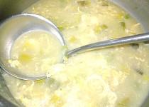 Pórkovo-hrášková polévka s vločkami a vajíčkem