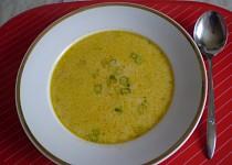 Zeleninová polévka se sýrem a smetanou