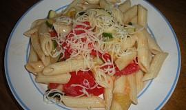 Těstoviny s rajčaty a cuketou