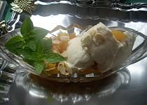 Orientální broskve s jogurtovou zmrzlinou