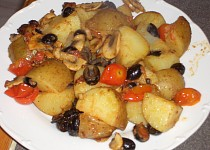 Teplý salát s bramborami, olivami a koprem