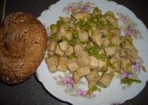 Vepřové kostky s pórkem, česnekem a jarní cibulkou