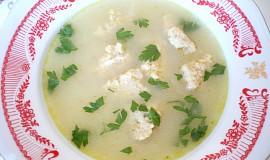 Cibulová polévka s drožďovými nočky