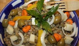 Čočkový salát s olivami