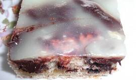 Děrovaný koláč s polevou a citrónovým pudinkem