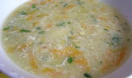 Polévka s krupicí a vejcem