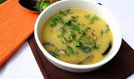 Polévka z polenty s hříbky a celerovou natí