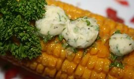 Grilovaná kukuřice s bylinkovým máslem