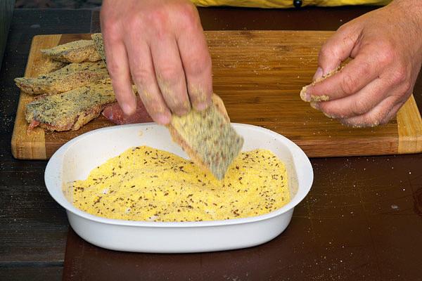 Obalení porcí kapra v kukuřičné krupici