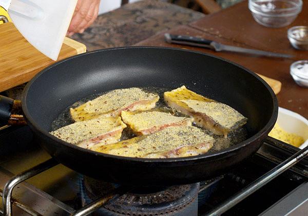 Tepelná úprava v kukuřičné krupici obalených filetů z kapra