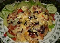 Kuřecí křídla na zelenině pod dvěma sýry