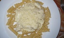 Těstoviny s kuřecím masem a sýrovou omáčkou