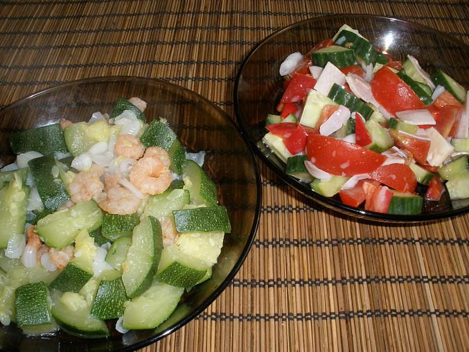 vařená cuketa s krevetami a česnekem - příloha zeleninový salát s mozzarelou