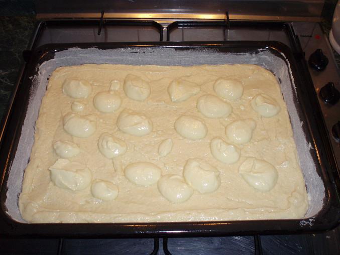 Božský koláč, ...a tvaroh nesmí chybět,pak sem ho rozetřela :-)