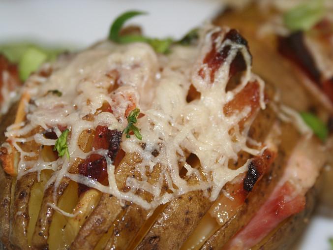 Bramborové vějířky s česnekem a slaninkou