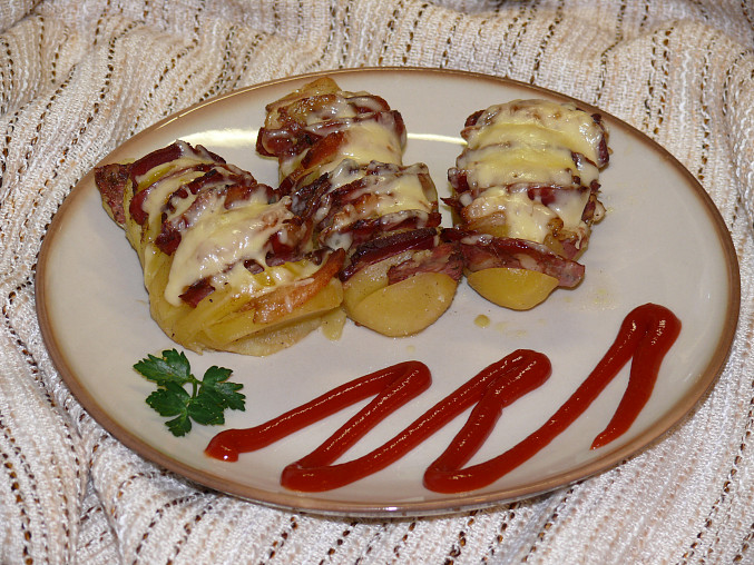 Bramborové vějířky s česnekem a slaninkou, bramborové hřebeny