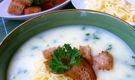 Petrželkovo-sýrová polévka s chlebovými krutonky