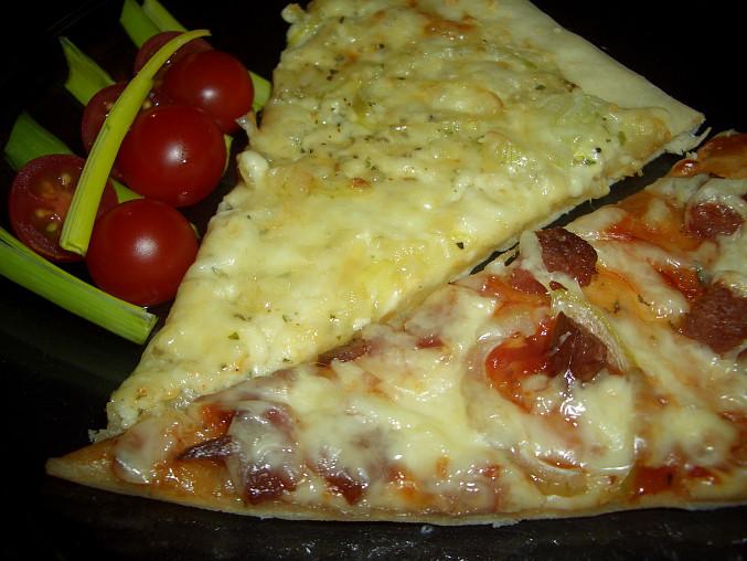 sýrová a salámová pizza