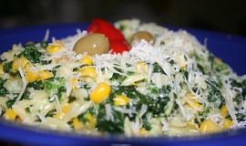 Smetanová těstovinová rýže s listovým špenátem a kukuřicí