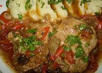 Vepřové plátky na saturejce, zelenině a houbách