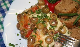 Šťavnatý masový nákyp zapečený s rajčaty, mozzarellou a olivami