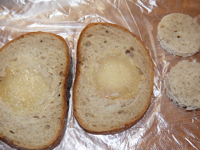 chléb s vloženým tvarůžkem