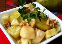 Zimní salát s hruškami a vlašskými ořechy
