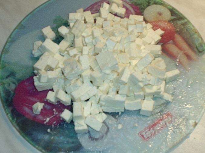 sýr nakrájíme na kostičky