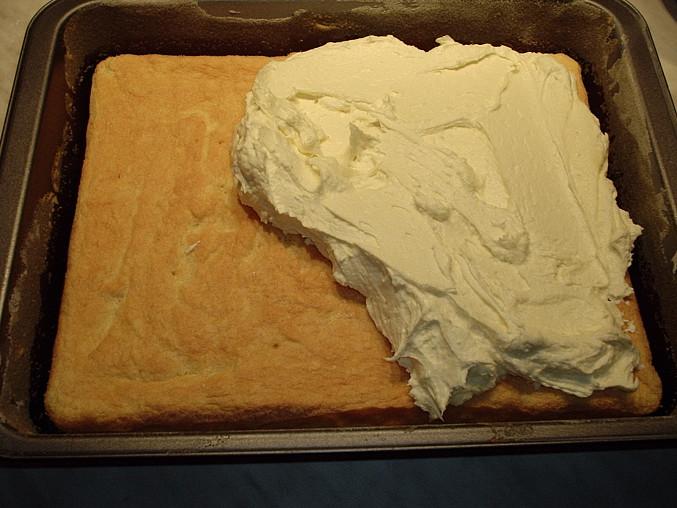 Piškotová buchta s tvarohem a pomerančovým želé, na vychladlý piškot natřeme krém