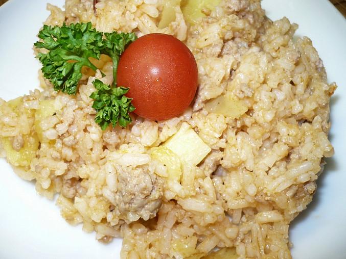 Rizoto s mletým masem, lečem a navíc 2 brambory nakrájené na větší kostky.