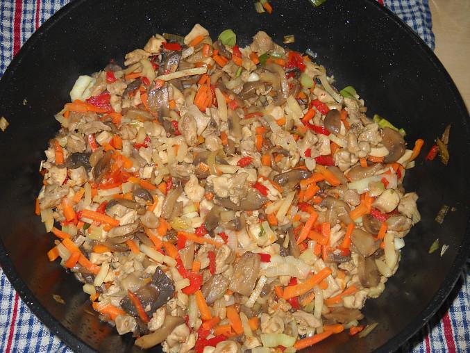 Teplý těstovinový salát s kuřecím masem
