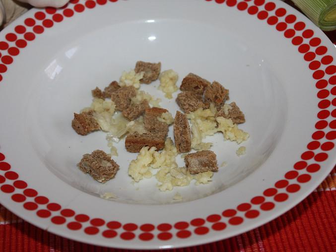 Česnečka  pro odvážné, ...na talíř dáme nastrouhaný česnek a krutony...