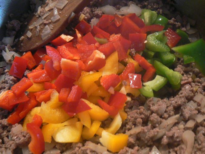 pridáme nakrájanú papriku, cesnak a restujeme
