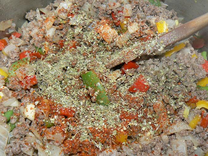 pridáme soľ, chilli, rascu, majoránku/oregáno, prípadne iné koreniny - množstvo podľa každého chuti