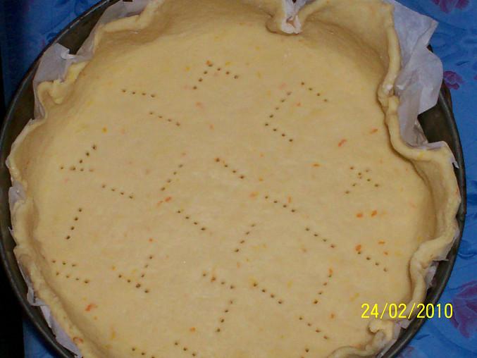 Jablecny kolac z krehkeho jogurtoveho testa, Cast testa vlozime do formy a vidlickou propichame