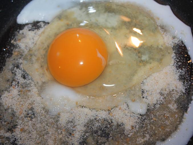 Obalované vejce, ...na strouhanku rozklepneme vejce...