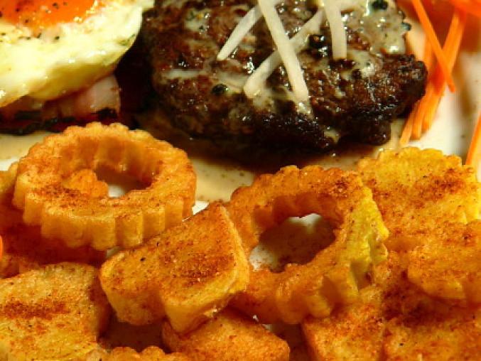 Svíčkové řezy s pepřovou omáčkou, příloha smažené brambory