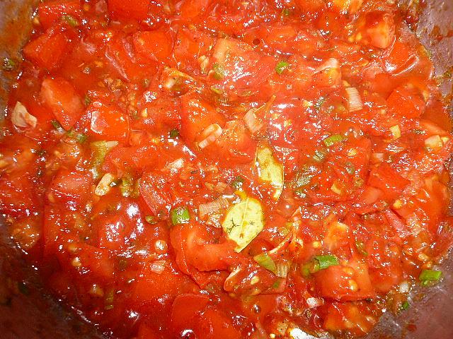 Těstoviny se dvěma omáčkami,  rajčatová omáčka ve stadiu vaření