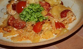 Zapékané brambory s kyselým zelím a klobásou