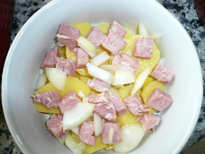 Zapečené brambory s uzeným a cottage sýrem